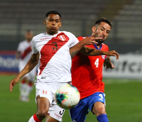 López ingresó e impuso personalidad. Aquí disputa el esférico con Isla. (Foto: Prensa FPF)