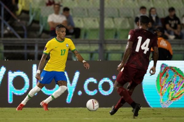 Raphinha ingresó y aportó para la arremetida final brasileña. Aquí domina el balón frente a Óscar González. (Foto: AFP)