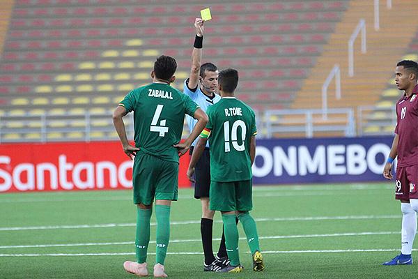 Matonte pasó un partido tranquilo a pesar del ritmo. Acá le saca una amarilla a Tome. (Foto: Pedro Monteverde / DeChalaca.com)