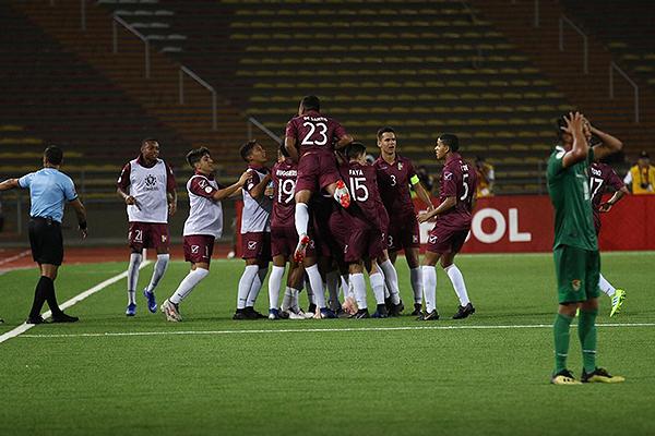 Carmona vino desde el banco y regresó a él para gritar su golazo. (Foto: Pedro Monteverde / DeChalaca.com)