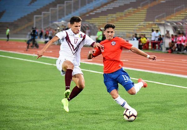 Chile custodió el resultado en los minutos finales con variantes como el ingreso de Gutiérrez, quien aquí lucha el balón con el llanero Toro. (Foto: Álex Melgarejo / DeChalaca.com)
