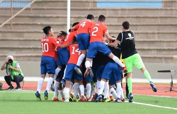 La pirámide humana encima de Rojas luego del magnífico tanto que supuso el segundo grito de gol de la rojita. (Foto: Álex Melgarejo / DeChalaca.com)