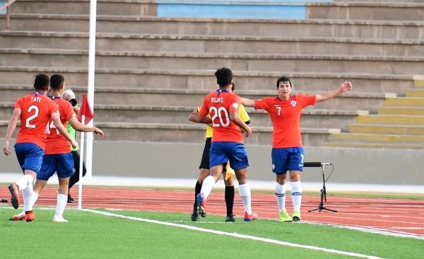 La celebración de todo Chile con Tapia luego de la gran maniobra colectiva que selló la goleada roja. (Foto: Álex Melgarejo / DeChalaca.com)