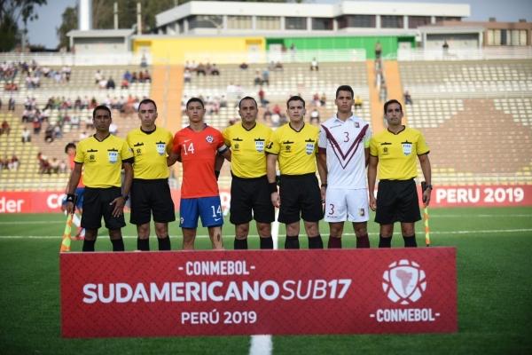 El argentino Espinoza manejó el trámite a costa de tarjetas. Acá con los capitanes Pérez y De Santis. (Foto: Álex Melgarejo / DeChalaca.com)