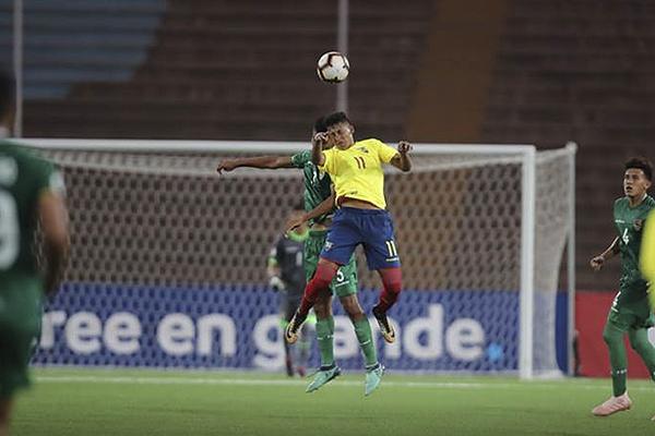 Adrián Mejía y Mauricio Álvarez saltan por el balón. (Foto: Conmebol)