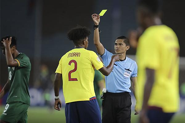 Carlos Herrera amonesta a Jordan Morán. (Foto: Conmebol)