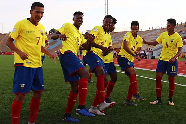 Los ecuatorianos celebran el golazo de Johan Mina tras asistencia de Jeremy Farfán. (Foto: Conmebol)
