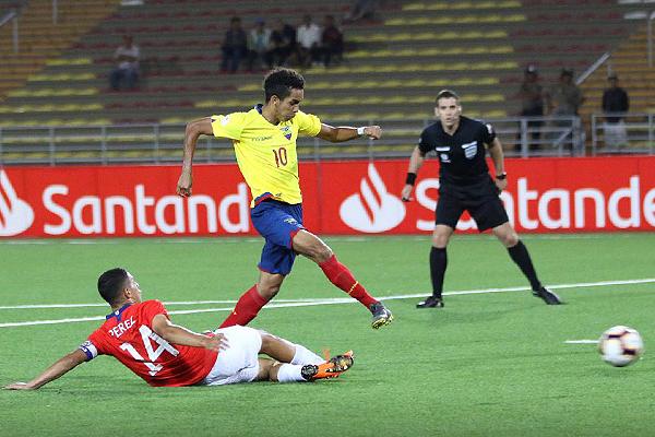 Mina fue desequilibrio, inventiva y gol. Aquí deja regado a Pérez. (Foto: Pedro Monteverde / DeChalaca.com))