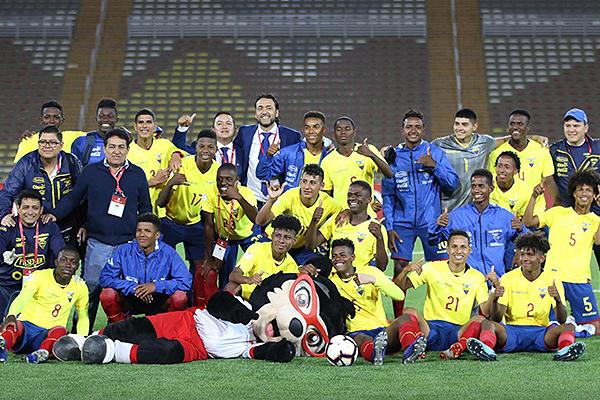La alegría del equipo dirigido por Javier Rodríguez (a la extrema derecha) tras su memorable triunfo en San Marcos. (Foto: Pedro Monteverde / DeChalaca.com)
