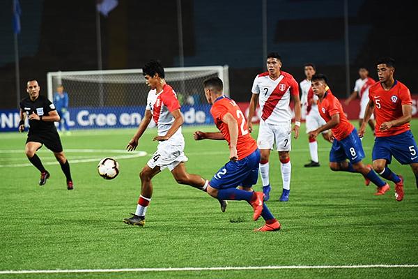 Sebastián Cavero es perseguido por David Tati, mientras Fernando Espinoza observa. (Foto: Pedro Monteverde / DeChalaca.com)