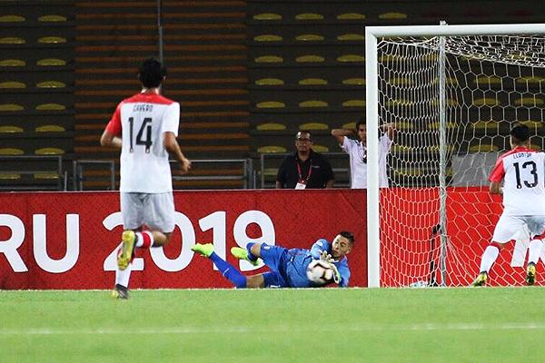 Massimo Sandi interviene ante el disparo de Alexander Aravena. Aunque lo más raro de Colón. (Foto. Pedro Monteverde / DeChalaca.com)