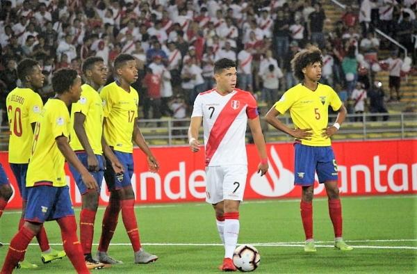 Celi, aun solo contra toda la marca rival posible, peleó para conducir el ataque peruano. (Foto: Fabricio Escate / DeChalaca.com)