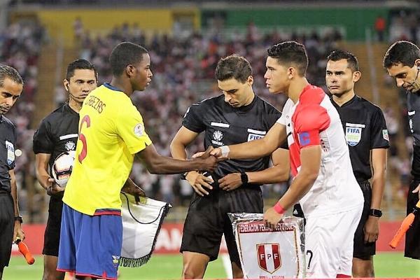 El brasileño Toski tuvo un desempeño adecuado. Acá monitorea el sorteo entre los capitanes Cabezas y Celi. (Foto: Fabricio Escate / DeChalaca.com)