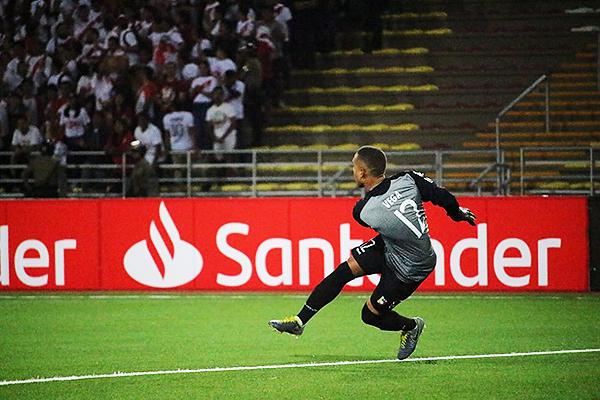 Jesús Vega despeja el balón. El venezolano tuvo una buena intervención en el encuentro. (Foto: Fabricio Escate / DeChalaca.com)