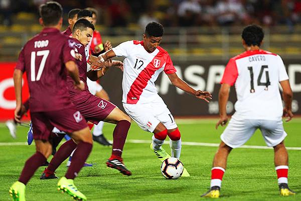Nicolás Figueroa forcejea con Carlos Faya. El ingreso del '17' peruano funcionó. (Foto: Prensa FPF)