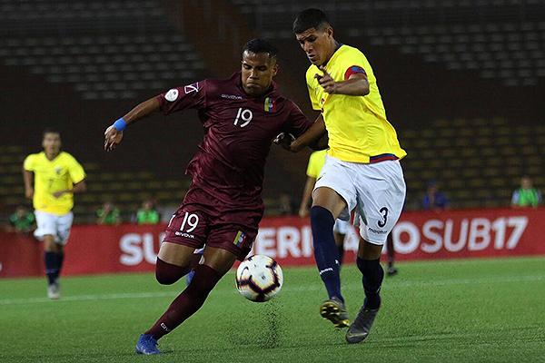 Ruggieri se reveló como un hombre peligroso. Acá emprende carrera ante Hincapié. (Foto: Pedro Monteverde / DeChalaca.com)