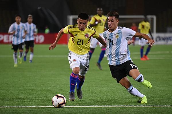 Campaña mejoró el panorama ofensivo colombiano. Acá conduce el balón marcado por Lecanda. (Foto: Álex Melgarejo / DeChalaca.com)