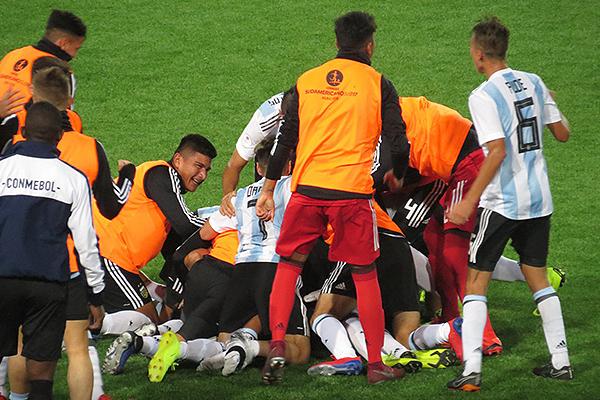 Zeballos puso el segundo tanto y la marea humana albiceleste le cayó encima. (Foto: Prensa AFA)