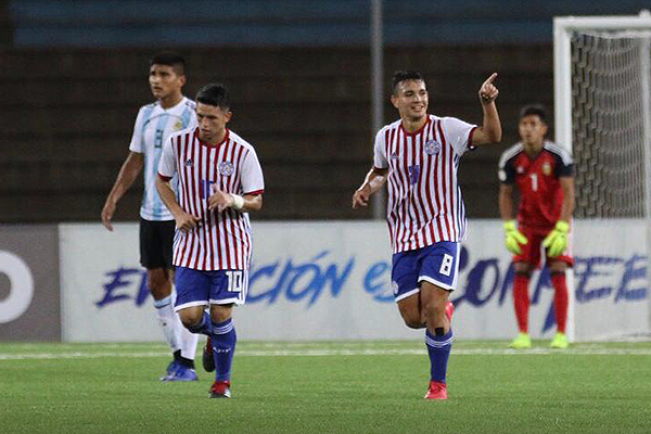 Peralta emprendió la lucha guaraní por equilibrar el partido. Aquí celebra su gol de empate. (Foto: Pedro Monteverde / DeChalaca.com)
