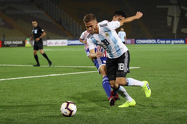 Krilanovich no estuvo en su noche. Acá tropieza con Ulises González. (Foto: Pedro Monteverde / DeChalaca.com)