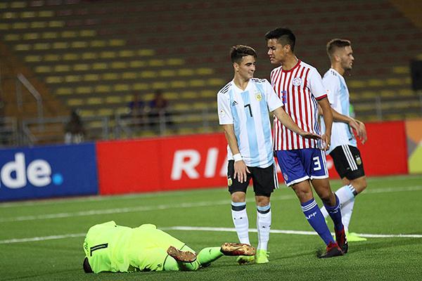 González siempre estuvo oportuno para desairar a los arietes argentinos, como en esta a Orozco. (Foto: Pedro Monteverde / DeChalaca.com)