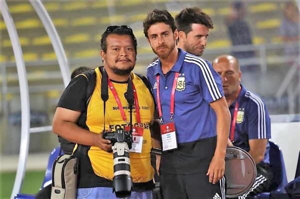 La presencia de Aimar en Lima concita la expectativa hasta de los propios fotógrafos. (Autorretrato: Pedro Monteverde / DeChalaca.com)