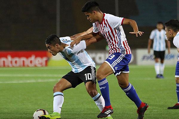 Palacios fue muy difícil de controlar para la zaga paraguaya, como lo ilustra la marca de Melgarejo. (Foto: Pedro Monteverde / DeChalaca.com)