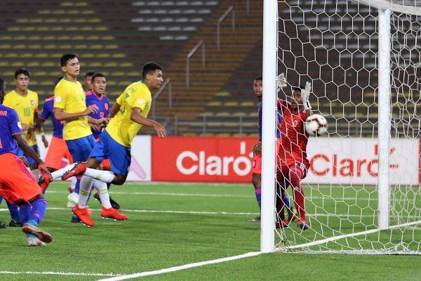 El cabezazo corto de Gabriel Veron dejó así a Castillo para sellar la victoria verdeamarelha. (Foto: Pedro Monteverde / DeChalaca.com)