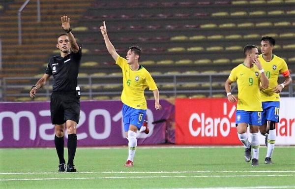 Brazo en alto de Patryck quien, refrendado por el juez Arteaga, celebra su gol olímpico. (Foto: Pedro Monteverde / DeChalaca.com)