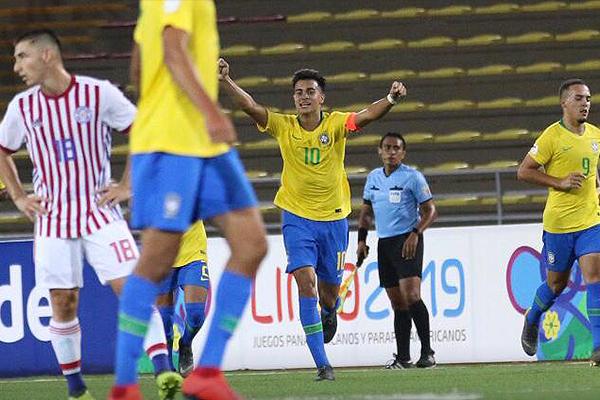 Reinier dejó desairados no solo a sus marcadores sino a los demás paraguayos, como a Acosta en la celebración de su segundo gol. (Foto: Pedro Monteverde / DeChalaca.com)