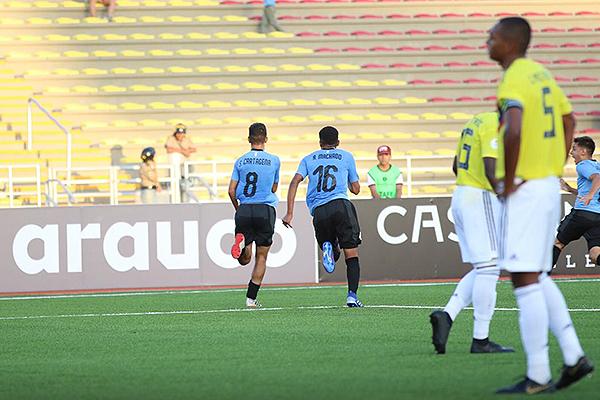 Machado y Cartagena se juntaron en la jugada del segundo charrúa (Foto: Pedro Monteverde / DeChalaca.com)
