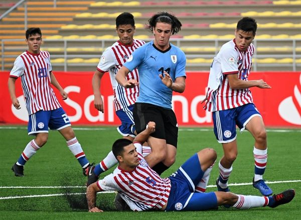 Juambeltz estuvo con el santo de espaldas. Acá Ortiz se barre y le cierra el paso. (Foto: Prensa AUF)