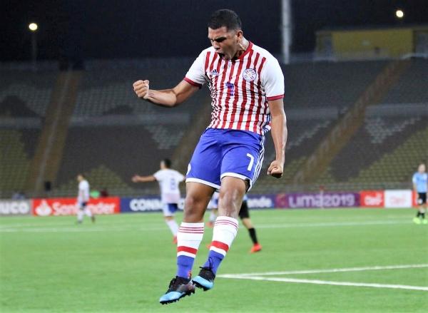 López grita a todo pulmón su gol mientras al fondo Peralta alza el brazo: dúo sustancial para la victoria guaraní. (Foto: Pedro Monteverde / DeChalaca.com)