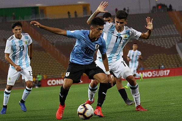 Ocampo hizo de las suyas. Aquí controla el balón sobre la marca de Simón. (Foto: Pedro Monteverde / DeChalaca.com)