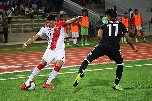 Zeballos no tuvo una buena actuación. Celi cumplió con evitar sus avance. (Foto: Fabricio Escate / DeChalaca.com)
