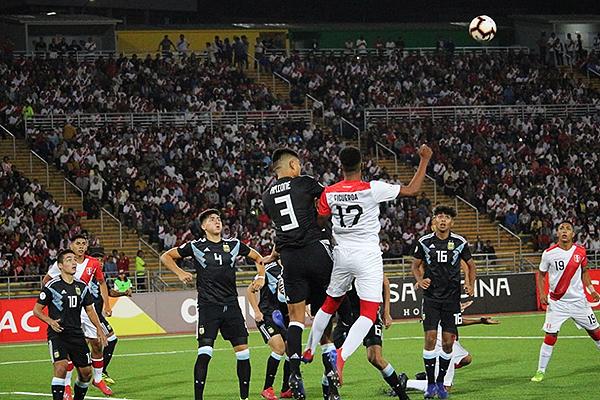 A estadio lleno, Figueroa se debate en duelo con Amione. (Foto: Fabricio Escate / DeChalaca.com)