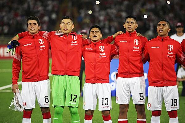 Sandi en pleno Himno Nacional, junto Caipo, Llontop, Racchumick, Montoya. (Foto: Prensa FPF)
