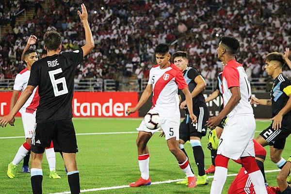 Racchumick cubre el balón ante los jugadores argentino. (Foto: Fabricio Escate / DeChalaca.com)