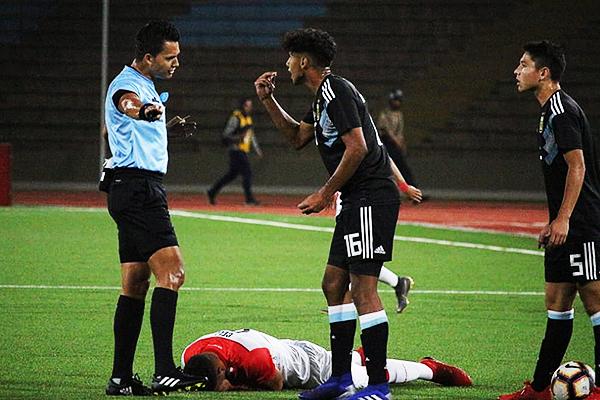 Medina discute con Gallo, mientras Celi está en el suelo. (Foto: Fabricio Escate / DeChalaca.com)