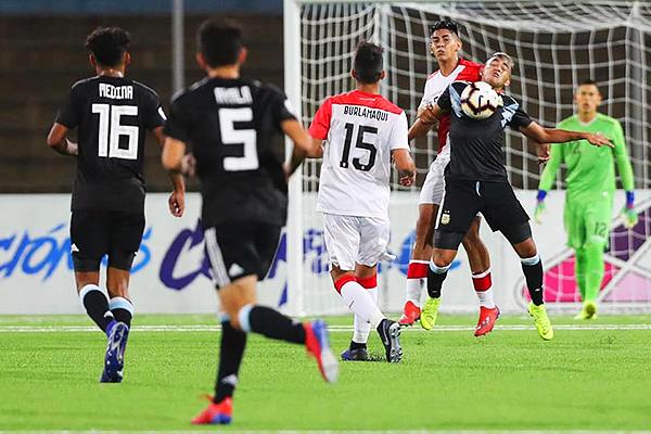 Sandi observa la pelea por el balón entre Godoy y Racchumick. (Foto: Fabricio Escate / DeChalaca.com)
