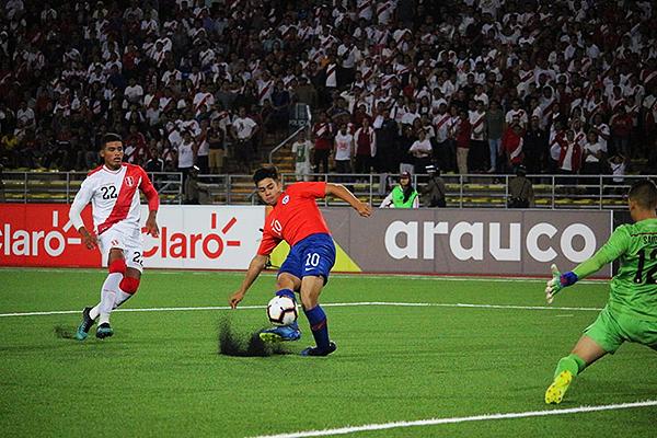 Aravena deja muy atrás a Aguilar y define ante la salida de Sandi. (Foto: Fabricio Escate / DeChalaca.com)