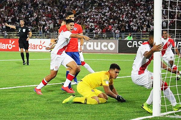 Fierro observa derrotado el gol de Figueroa. (Foto: Álex Melgarejo / DeChalaca.com)