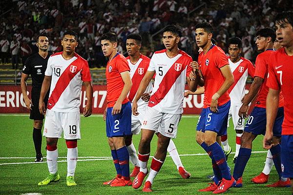 Braulio da Silva observa detenidamente el duelo en la pelota quieta. (Foto: Álex Melgarejo / DeChalaca.com)