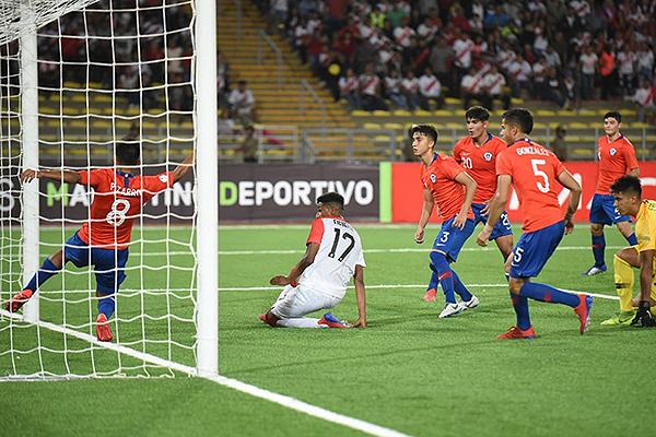 Pizarro salva de la línea lo que pudo ser el empate parcial. (Foto: Álex Melgarejo / DeChalaca.com)