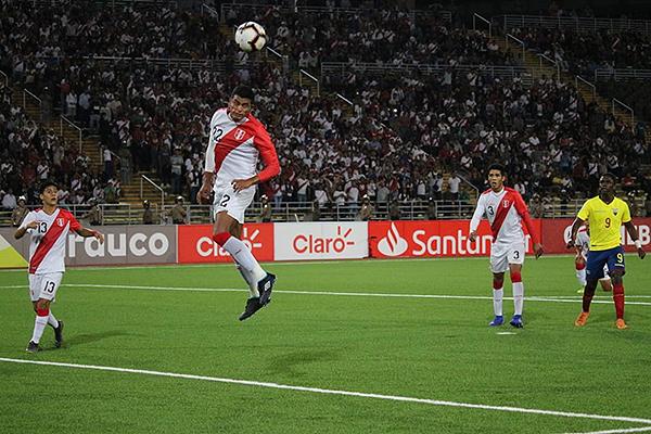 Aguilar despeja de cabeza, mientras de fondo se observa un San Marcos repleto y con la esperanzas del Mundial. (Foto: Fabricio Escate / DeChalaca.com)