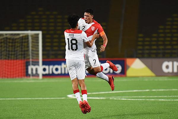 Pinto y Celi celebran el empate de Perú. La sociedad funcionó en la pelota detenida. (Foto: Fabricio Escate / DeChalaca.com)