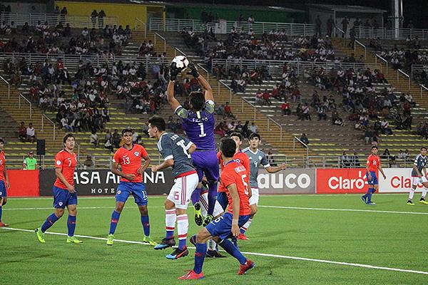 Fierro se eleva para atrapar el balón, en medio de hinchas peruanos que se quedaron para ver el partido. (Foto: Fabricio Escate / DeChalaca.com)