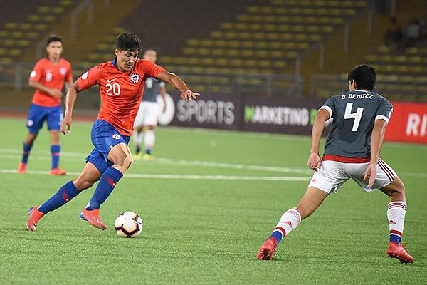 Rojas en un ataque frontal ante Benítez. (Foto: Álex Melgarejo / DeChalaca.com)