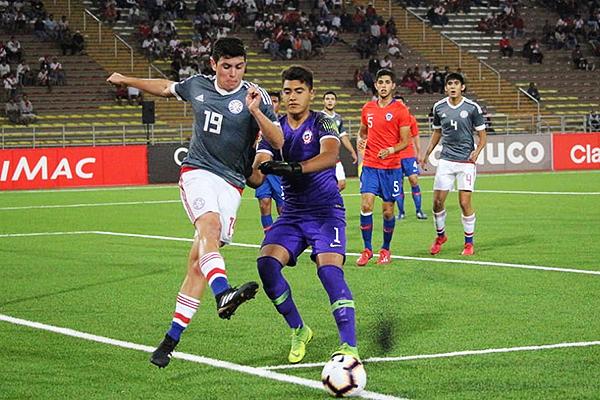 Presentado tiene que disputar el balón que fuera del campo con Fierro. (Foto: Fabricio Escate / DeChalaca.com)