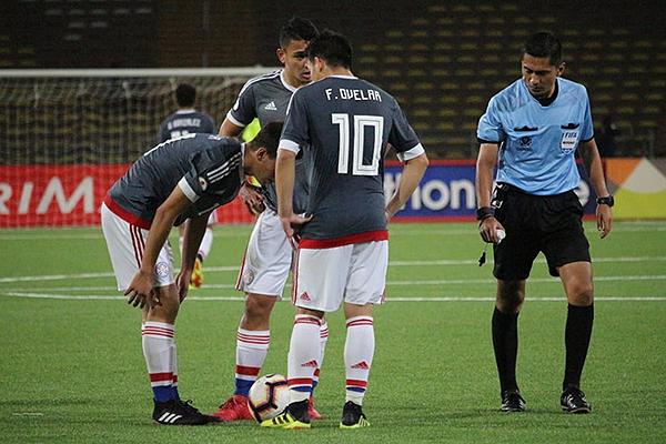 Herrera observa el balón detenido que realizará Paraguay. (Foto: Fabricio Escate / DeChalaca.com)